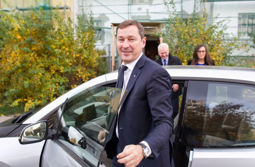 Vilniaus meras Artūras Zuokas vairuoja savo naująjį BMW I3