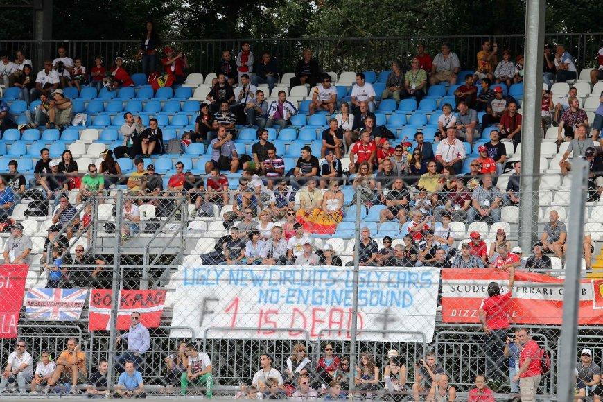 """""""Formulės-1"""" fanų nepasitenkinimo naujomis trasomis ir variklių skleidžiamais garsais plakatas"""