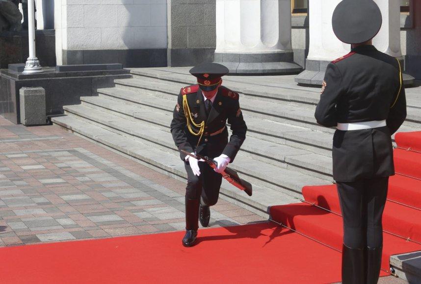 Petro Porošenkai žengiant į Aukščiausiąją Radą, silpna pasidarė garbės sargybiniui.