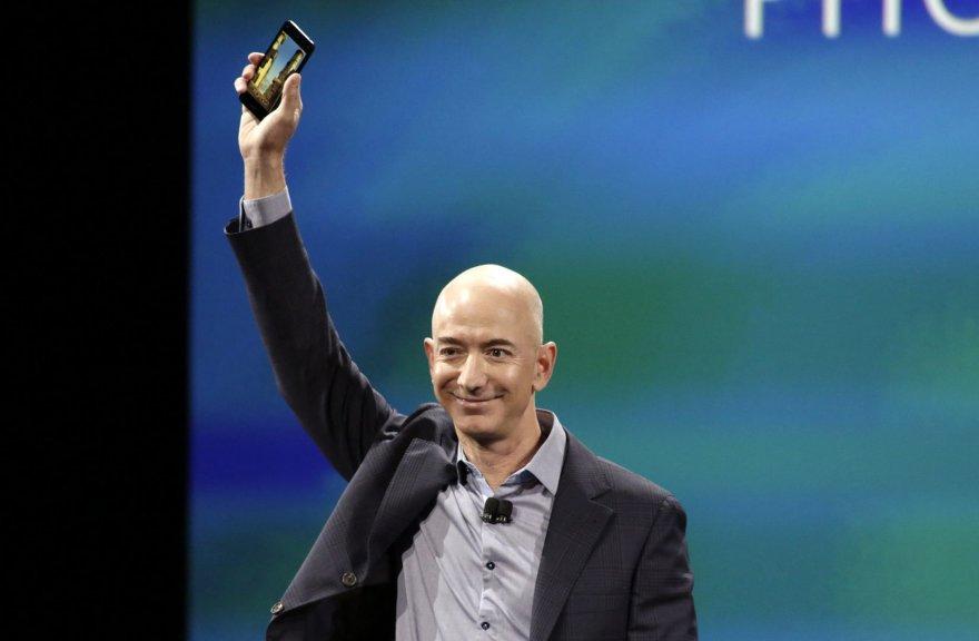 """""""Amazon.com"""" įkūrėjas Jeffas Bezos """"Fire Phone"""" išmaniojo telefono pristatyme"""