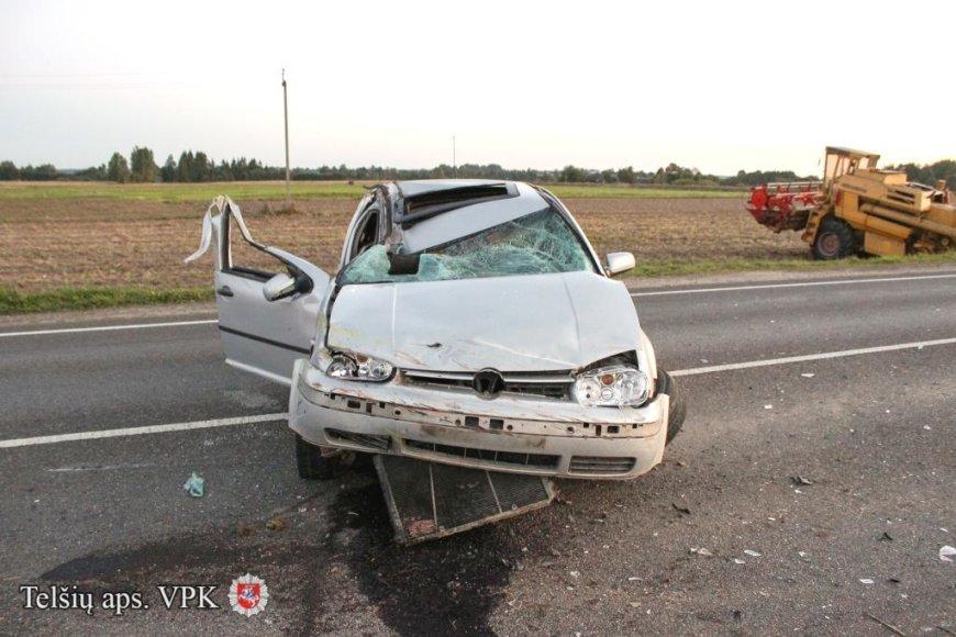 """""""VW Golf"""" ir kombaino avarija Telšių rajone"""