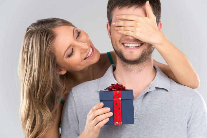 Moteris įteikia vyrui dovaną