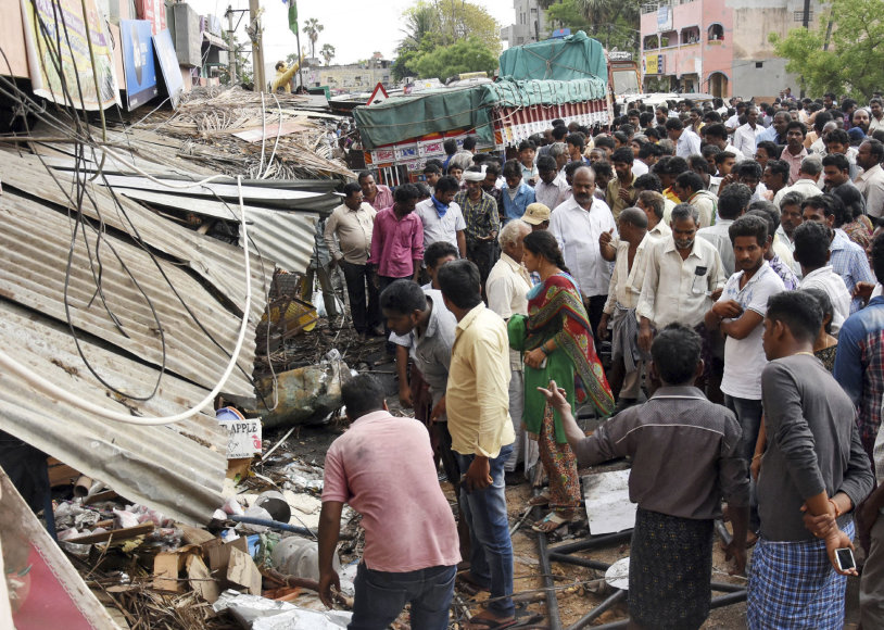 Indijoje sunkvežimis įsirėžė į minią ūkininkų