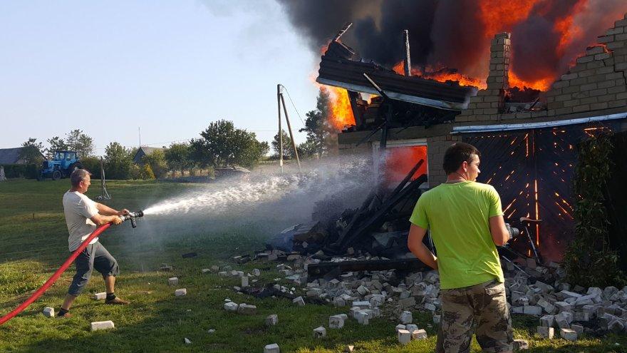 Inkaklių kaime sudegė ūkinis pastatas
