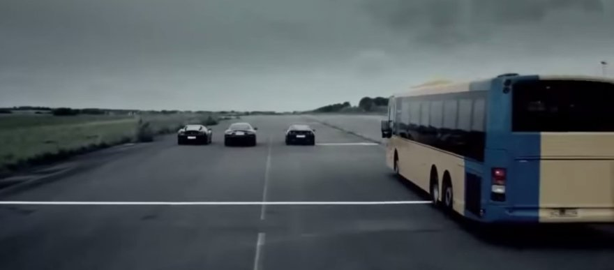 """Traukos lenktynės, kuriose dalyvauja autobusas, """"Ferrari"""", """"Maserati"""" ir """"Chevrolet"""""""