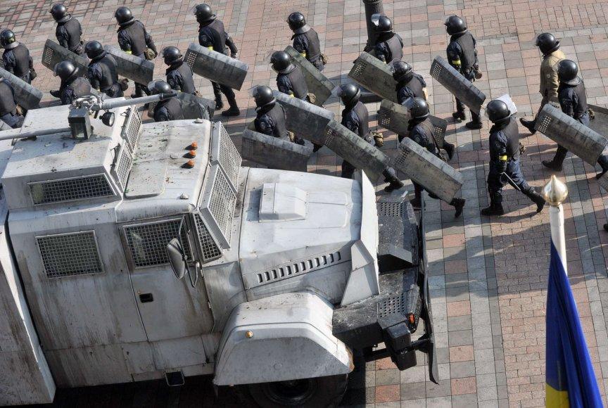 Jėgos struktūrų pareigūnai paliko Ukrainos parlamento prieigas