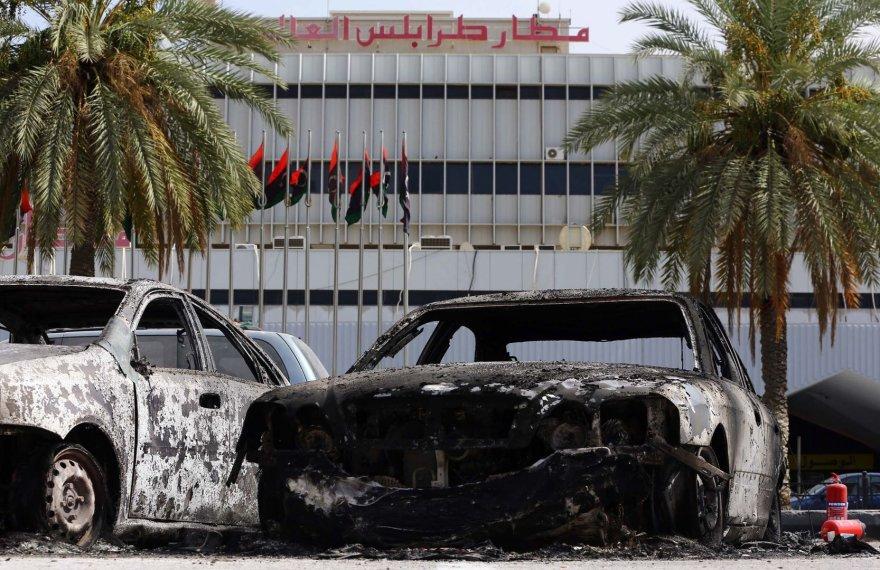 Sudegę automobiliai šalia Tripolio oro uosto