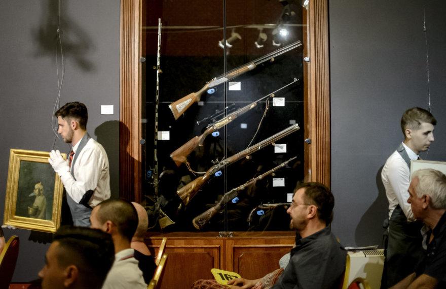 Rumunijos diktatoriaus Ceausescu puošnus medžioklinis šautuvas parduotas už 32,5 tūkst. eurų