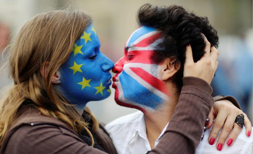 Aktyvistai su ant veidų išpieštomis JK ir ES vėliavomis