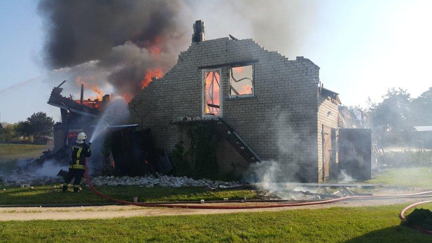 Inkaklių kaime degė ūkinis pastatas