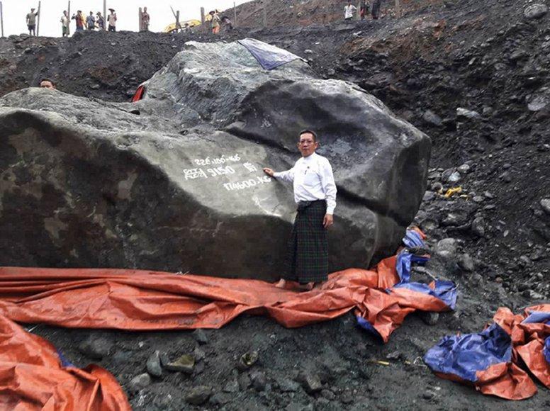 """Mianmare rastas didžiulis žadeito luitas yra """"per didelis pervežti"""""""