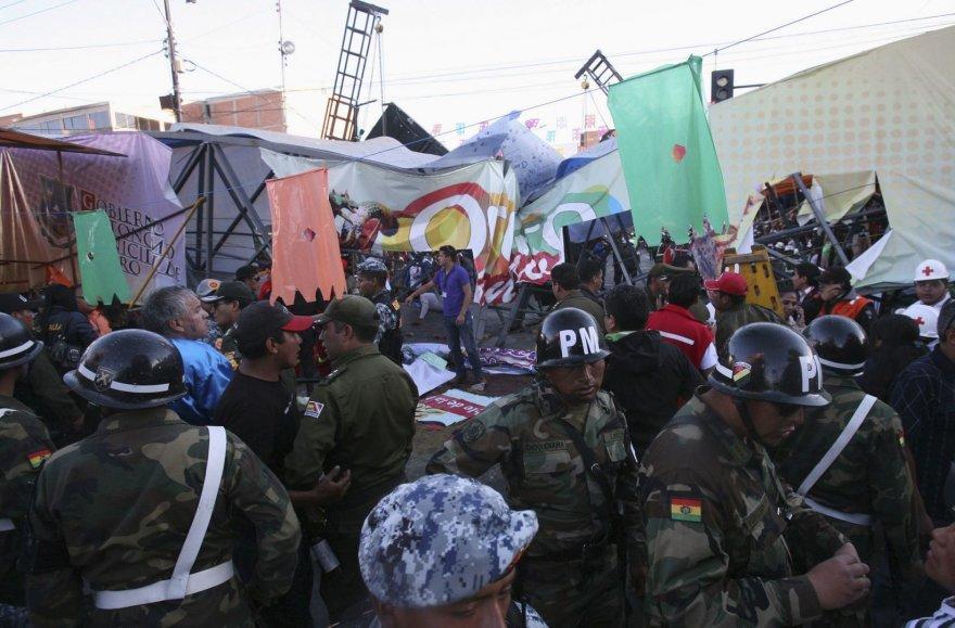 Pareigūnai prie sugriuvusio tilto Bolivijoje