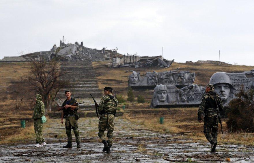 Teroristai prie suniokoto karo memorialo Donecke