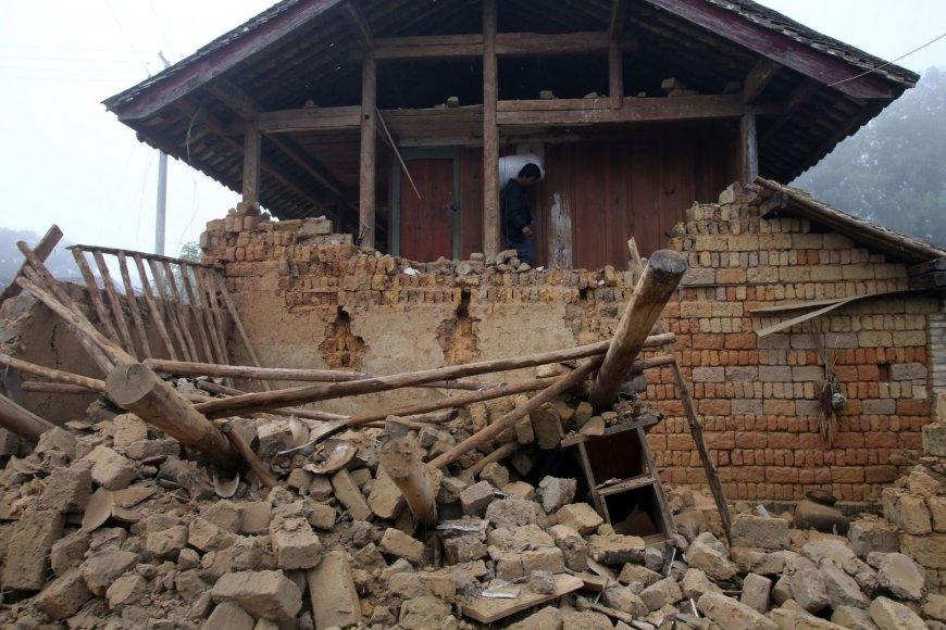 Žemės drebėjimo sugriautas namas Junanio provincijoje