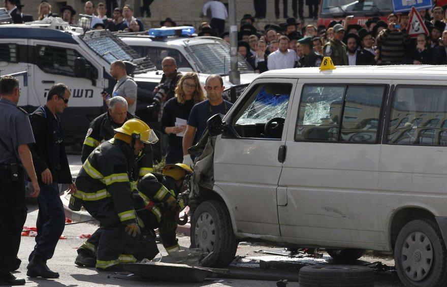 Palestinietis Jeruzalėje savo mikroautobusą nukreipė būrį žmonių.