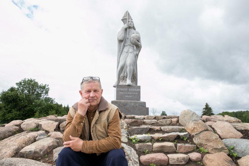 Vytautas Kondratas šalia paminklo Vytautui Didžiajam