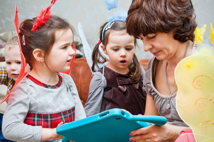 Auklė žaidžia su vaikais