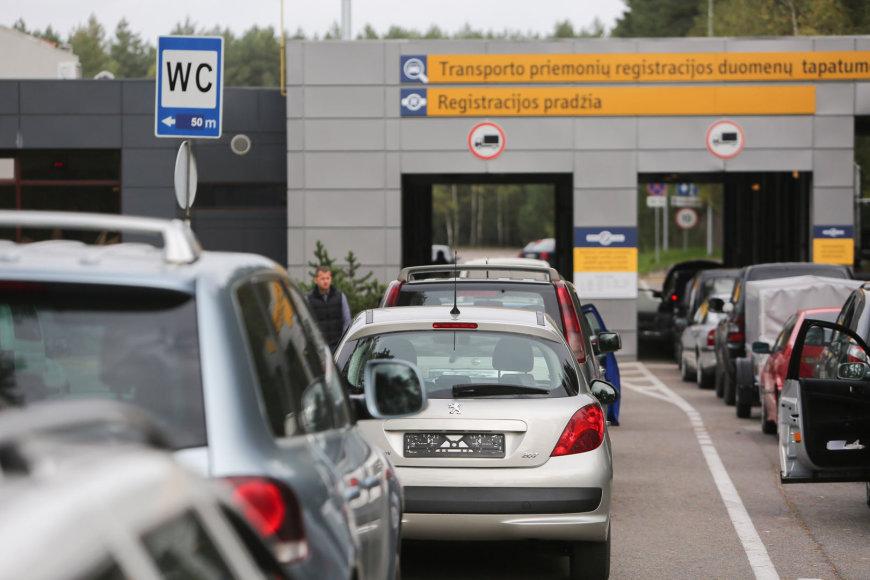 "Automobilių eilės prie ""Regitros"" Vilniuje"