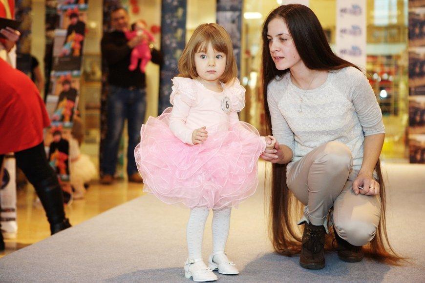 Ilgiausių plaukų savininkė Julija Aleksejeva su dukra Nikol