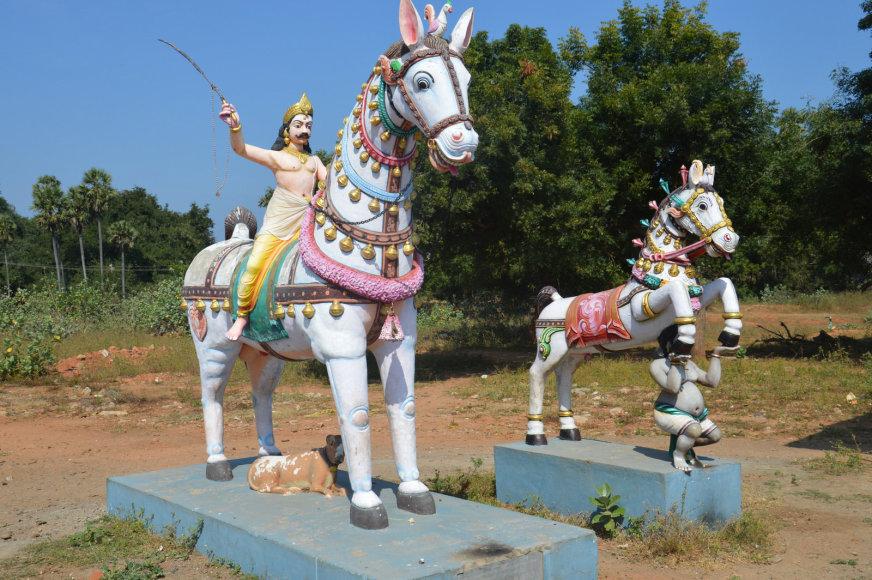 Statulos šalia tamilų šventyklos