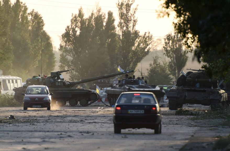 Ukrainos armijos tankai užblokavę į Rusiją vedantį kelią