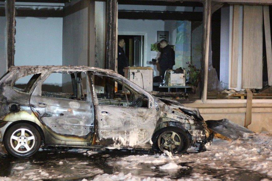Klaipėdoje nuo automobilio vos neužsidegė biurų pastatas