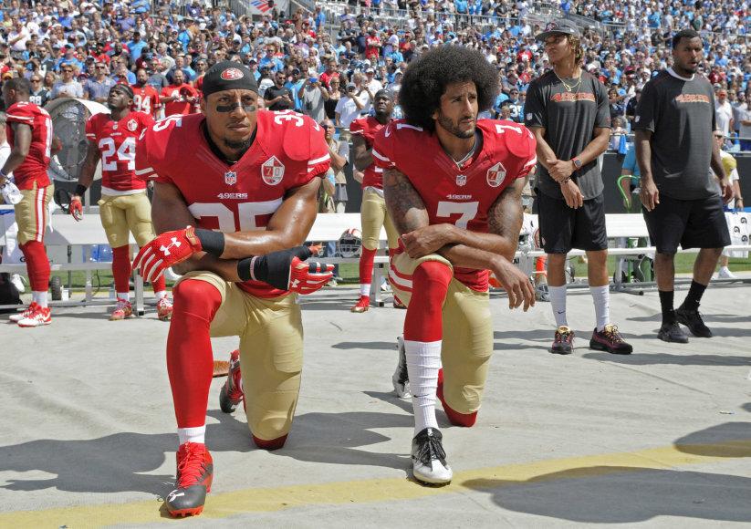 """""""Scanpix""""/AP nuotr./Ericas Reidas ir Colinas Kaepernickas neatsistojo per himną"""
