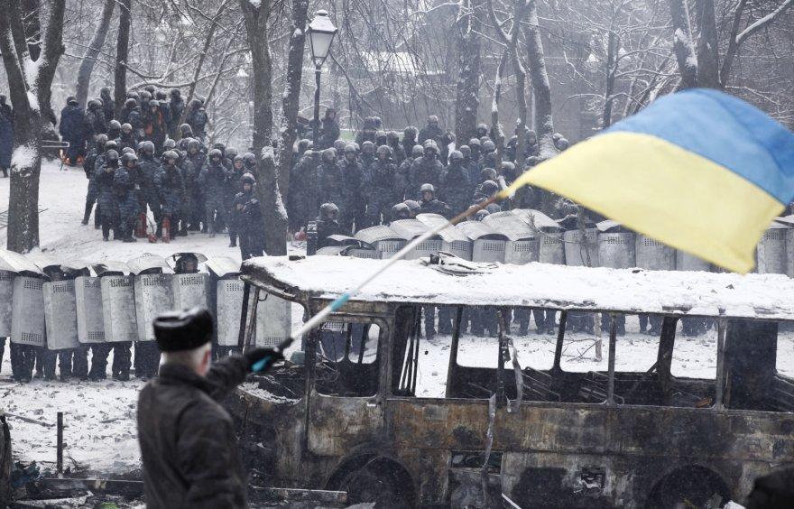 Kijeve vyras mojuoja Ukrainos vėliava.