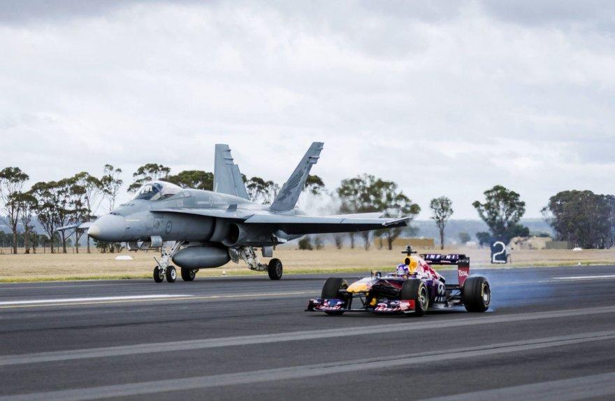 """""""Red Bull"""" formulės ir Australijos oro pajėgų """"F/A-18 Hornet"""" naikintuvo lenktynės"""