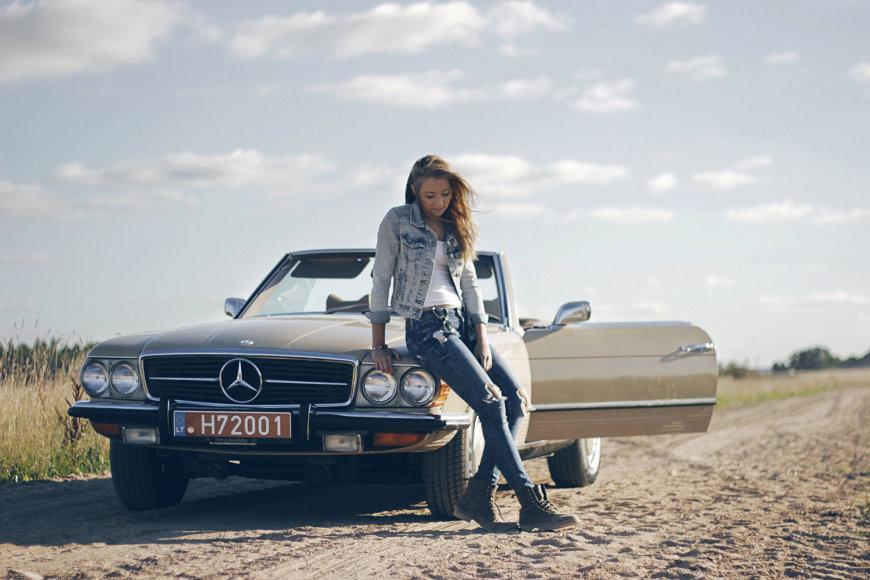 """Judita ir """"Mercedes-Benz 450 SL"""" (1972 m.). Automobilio savininkas – Raimondas Skridulis."""