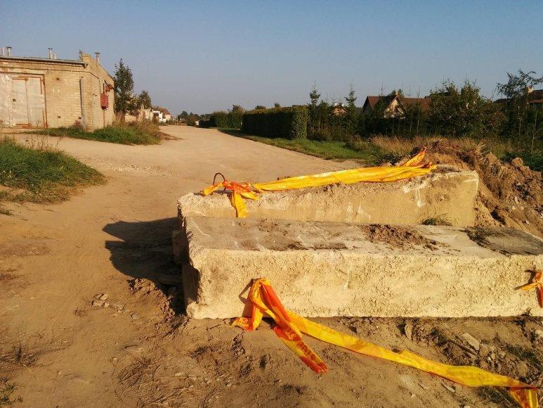 Plungėje lyg kare – žmonės be jokių derinimų betono luitais blokuoja gatves