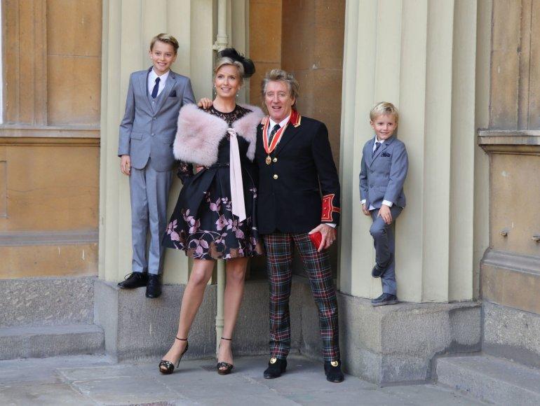 """AFP/""""Scanpix"""" nuotr./Rodas Stewartas su žmona Penny Lancaster ir sūnumis Alastairu bei Aidenu"""