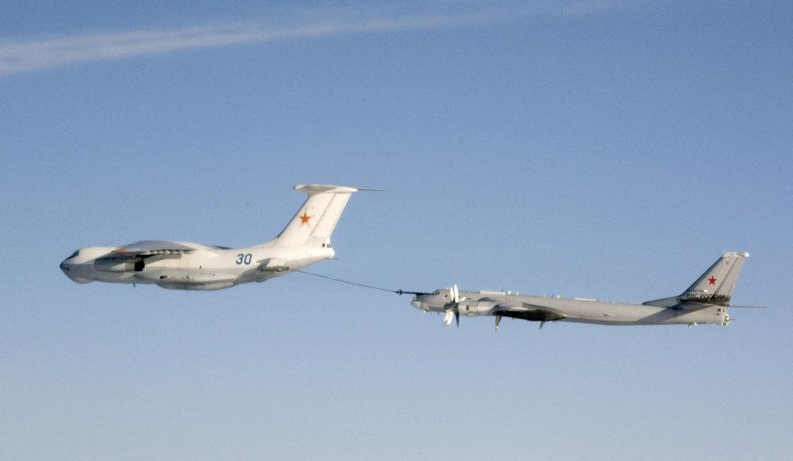 """Rusijos """"Tupolev Tu-95"""" strateginiam bombonešiui pildomi degalai iš """"Ilyushin IL-78"""""""