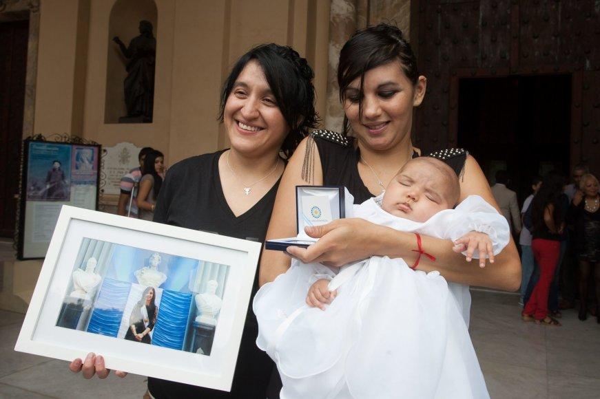 Argentinos prezidentė tapo lesbiečių dukros krikštamote