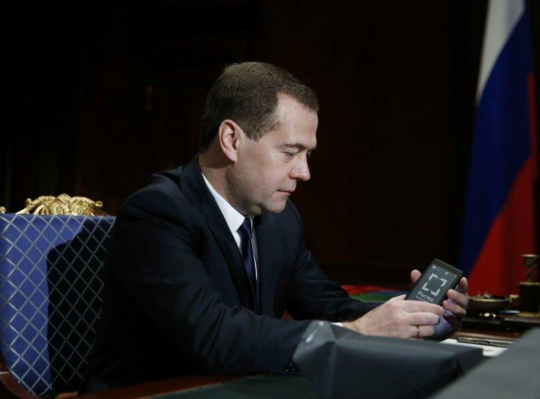 """Dmitrijus Medvedevas laiko """"YotaPhone"""" išmanųjį telefoną."""
