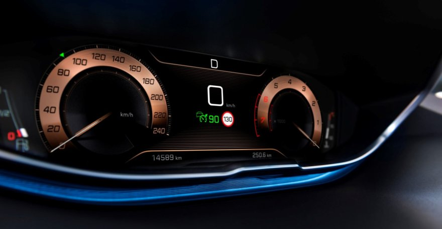 """Peugeot 3008"" prietaisų skydelis su įjungta kruizo kontrole"