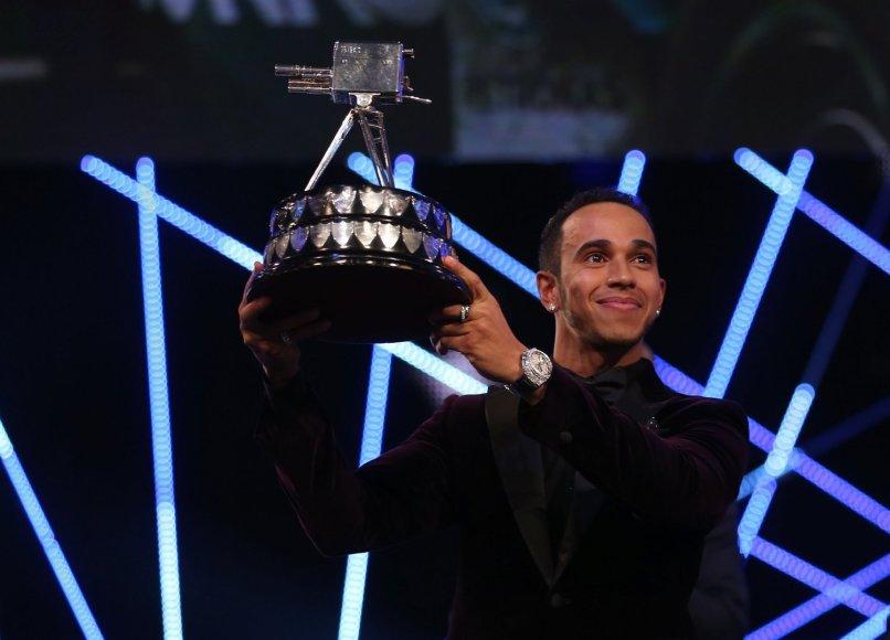 """Lewisas Hamiltonas atsiima BBC """"Sporto asmenybės"""" apdovanojimą"""