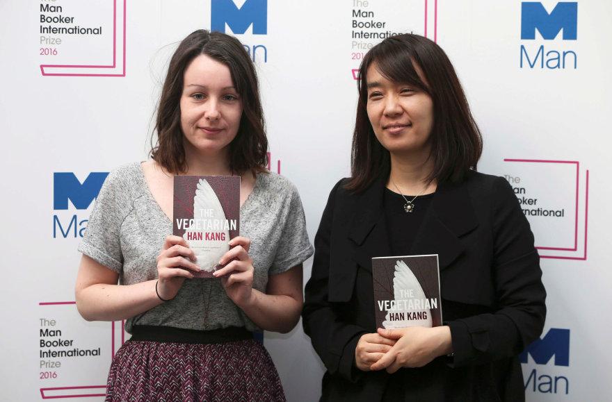 """""""Reuters""""/""""Scanpix"""" nuotr./Han Kang (dešinėje) su savo knygos vertėja Deborah Smith"""