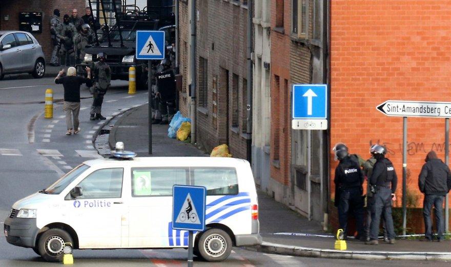 Belgijos policija prie pastato, kuriame įkaitu laikomas mažiausiai vienas žmogus.
