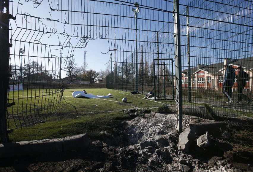 Ukrainos mokyklos stadione sprogo artilerijos sviedinys