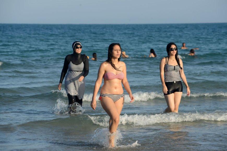 Moterys paplūdimyje