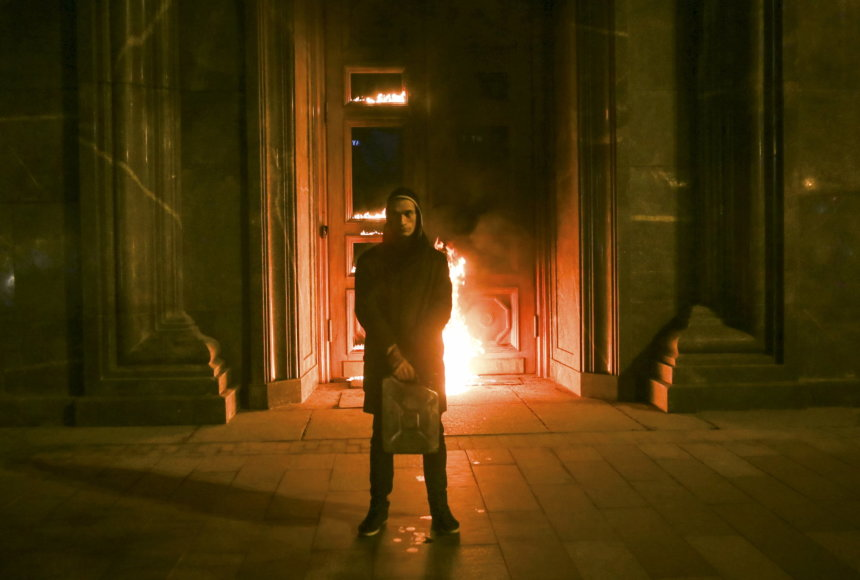 Piotras Pavlenskis Maskvoje padegė FST pastato duris