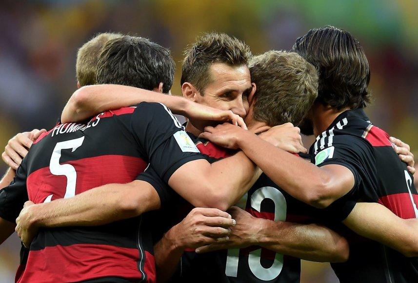 Thomasas Muelleris džiaugiasi įvarčiu su komandos draugais