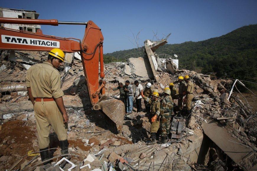 Goa valstijos pajūrio kaime sugriuvo pastatas, žuvo 15 žmonių, gelbėtojai ieško likusių gyvų