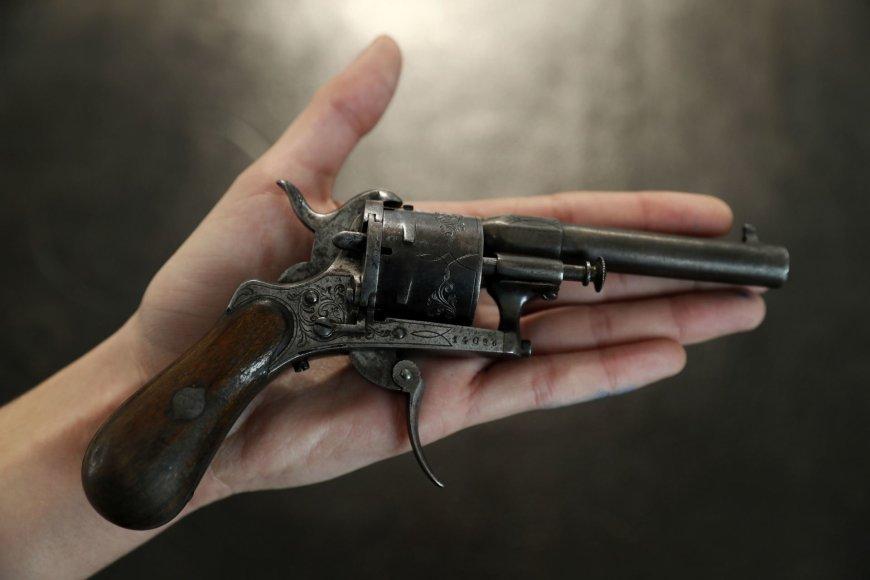 Prancūzų poeto Rimbaud gyvybės vos nenusinešęs revolveris parduotas už daugiau kaip 400 tūkst. eurų