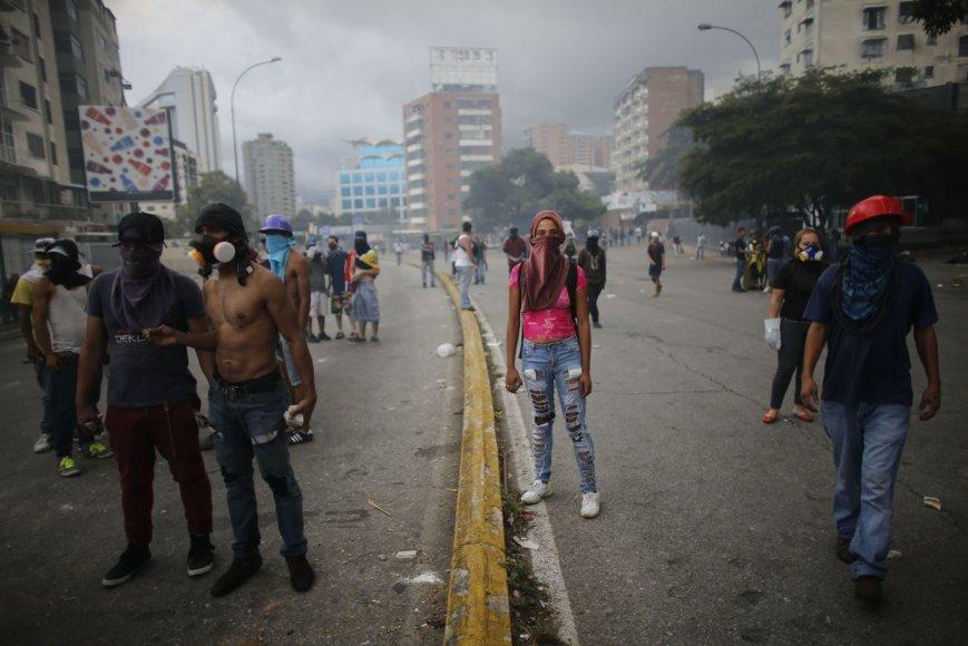 Mažiausiai trys žmonės Venesueloje žuvo opozicijai paskelbus visuotinį streiką