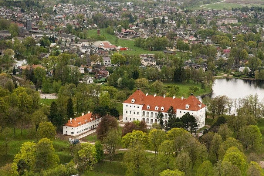 Biržų pilis su atstatytu arsenalu (kairėje) iš paukščio skrydžio (R.Šopio nuotr.)