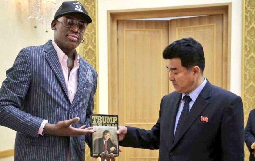 D.Rodmanas šiaurės korėjiečiams įteikė D.Trumpo knygą