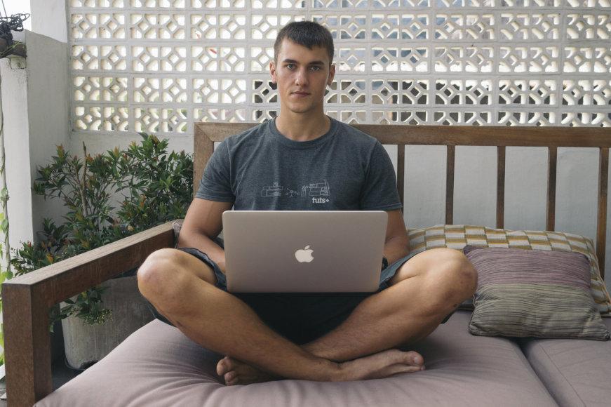Dirbti Tomas gali iš bet kur – svarbiausia, kad būtų interneto ryšys.