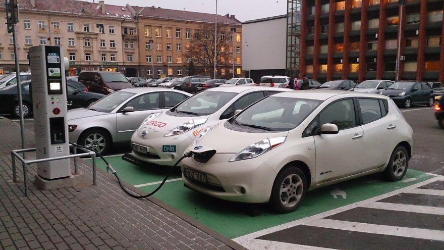 """Du """"Nissan LEAF"""" prie elektromobilių įkrovimo stotelės"""